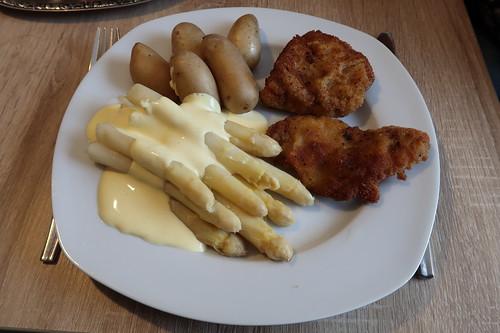 Weißer Spargel mit Sauce Hollandaise, Pellkartoffeln und panierten Schnitzeln (mein 1. Teller)