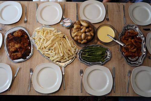 Spargel mit Sauce Hollandaise, Pellkartoffeln und panierten Schnitzeln (Tischbild)