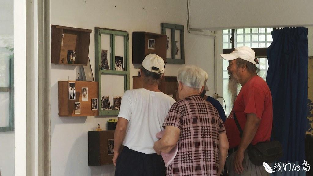 4月27日影像交換所正式開幕,邀請社區老人和外地遊客一起看展覽、炊甜粿。