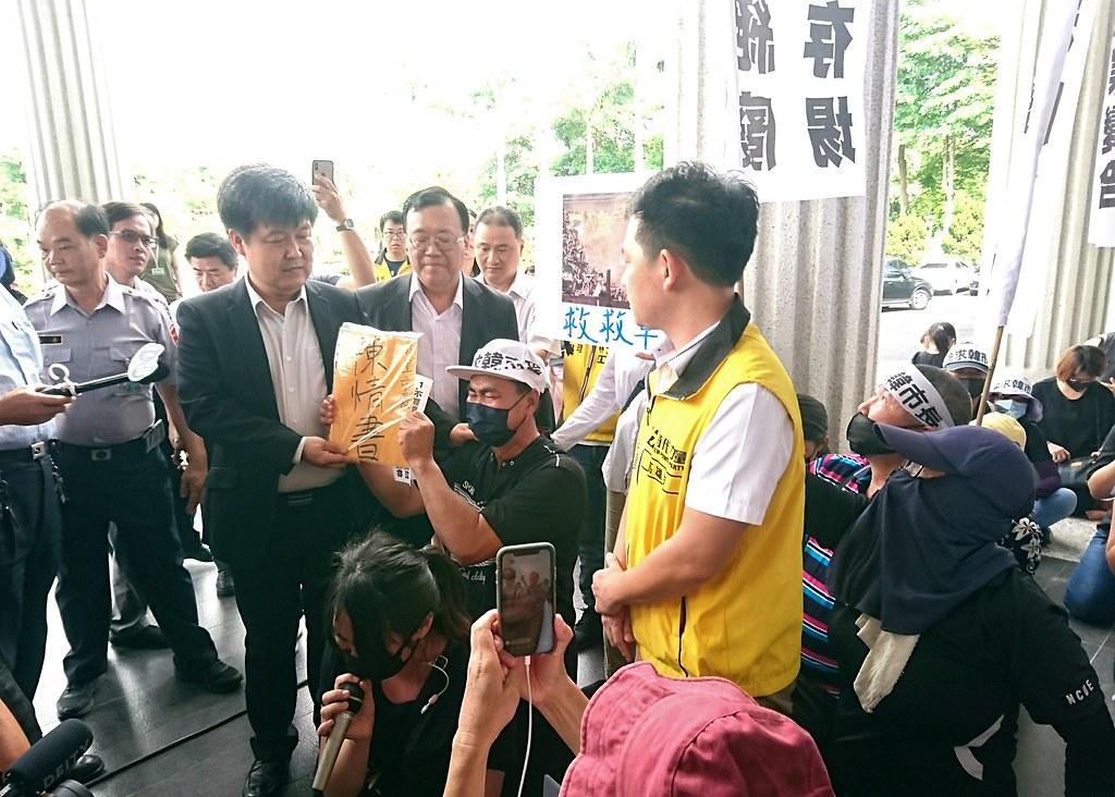 大寮居民向市府官員下跪陳情,要求違法工廠立刻停工搬遷。攝影:李育琴。