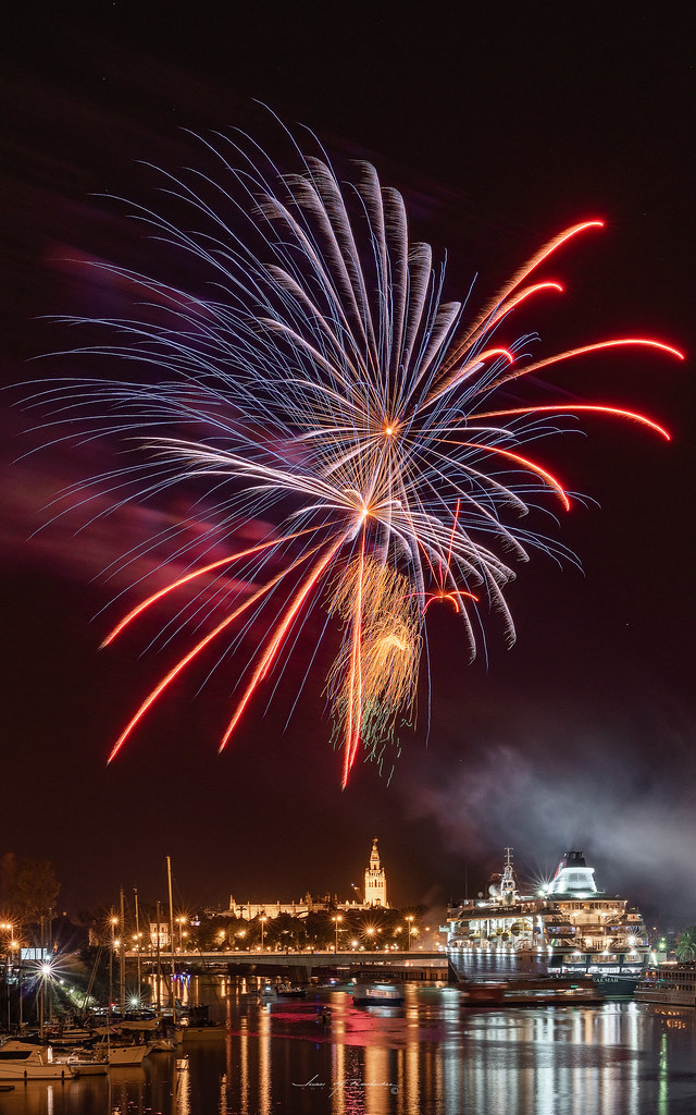 Final fireworks of the Seville fair III en Urbana y Arquitectura47835805701_613e4ce709_b
