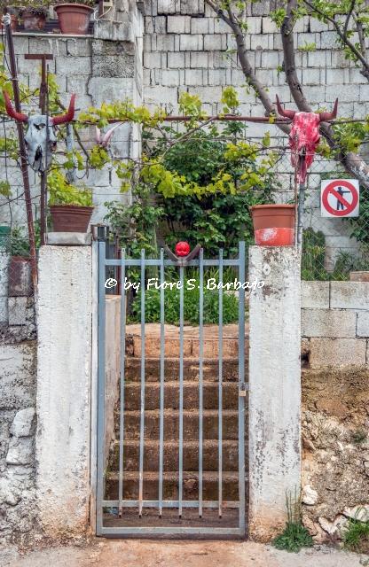 Valle di Stignano (FG), Oggetti apotropaici all'ingresso di villette.