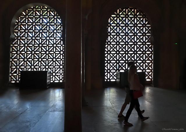 Pasos en la penumbra de una mezquita