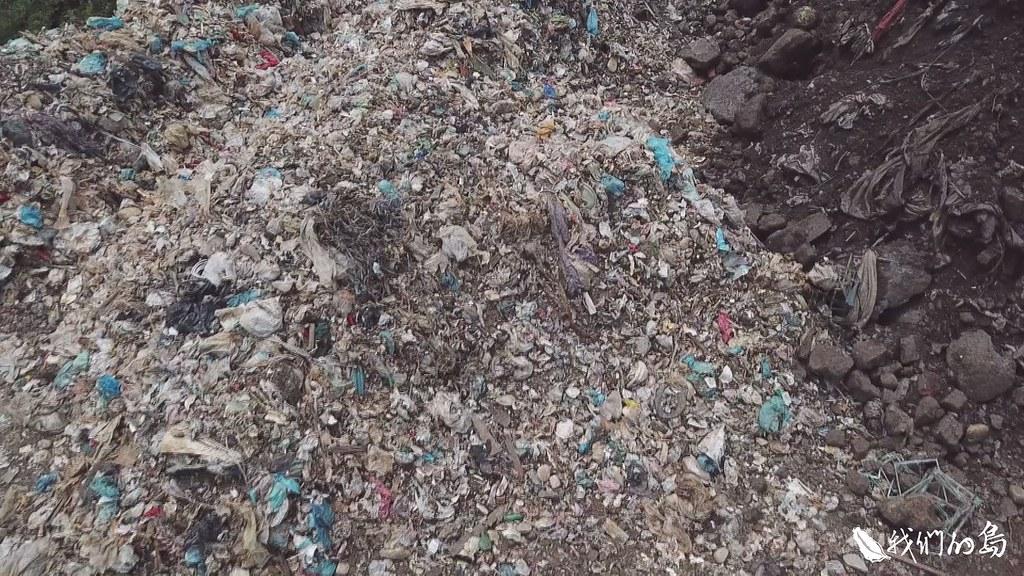 新竹縣新豐鄉和竹北市交界處這段海岸線,泥沙中混雜著五顏六色的廢棄物。