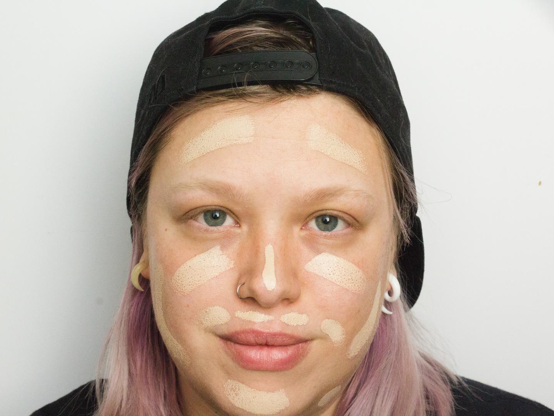 De Makeup Revolution Fast Base Foundation Stick aangebracht