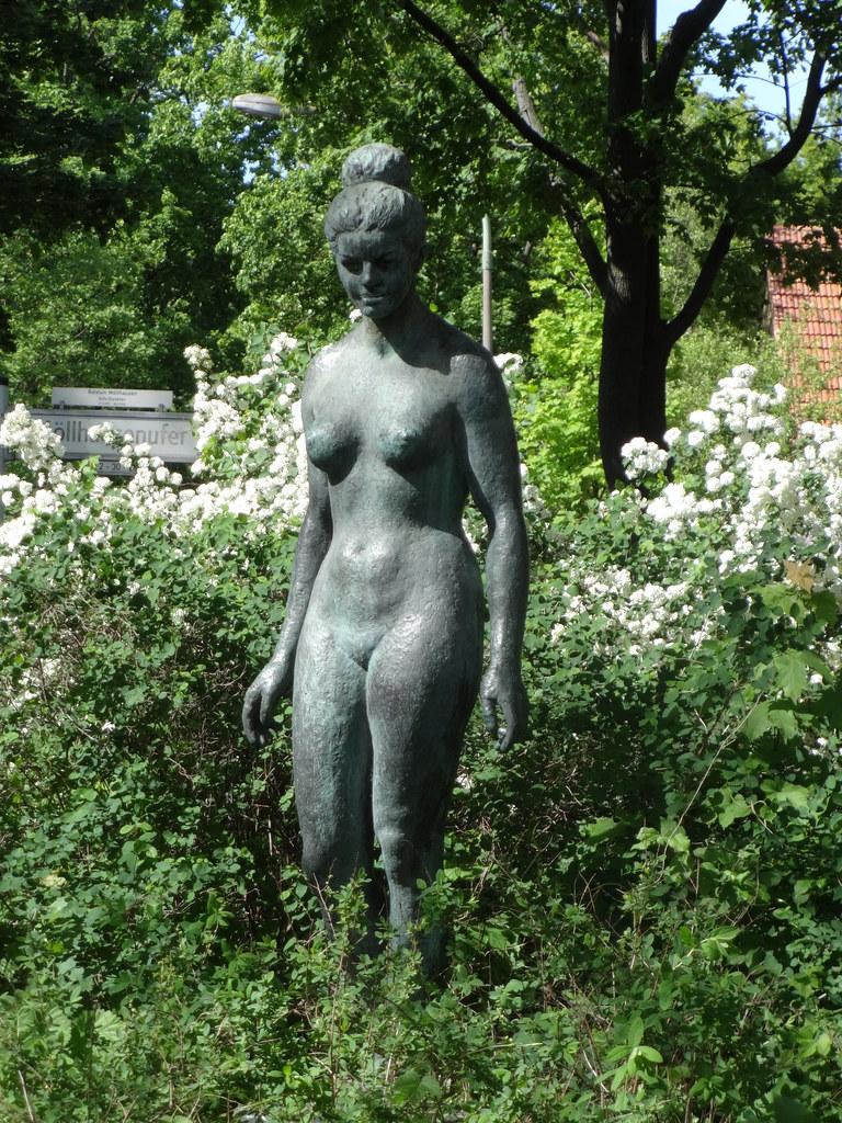 1965 Berlin-O. weiblicher Akt von Walter Lerche Bronze Terrasse Wendenschloßstraße Möllhausenufer in 12557 Wendenschloß