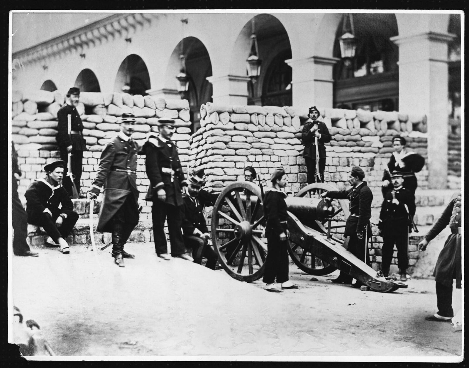 1891. Национальные гвардейцы и моряки устраивают баррикаду на улице Кастильоне
