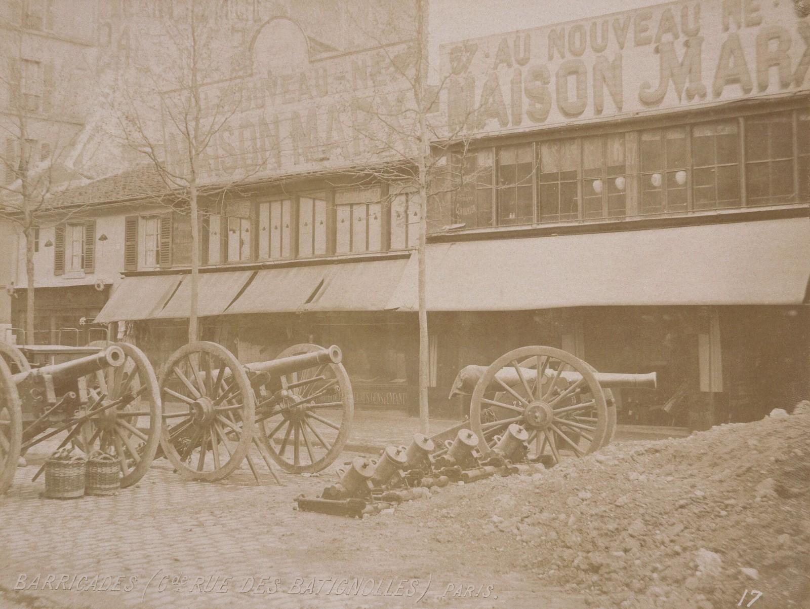 1871. Пушки возле баррикады на улице Батиньоль во время Парижской коммуны