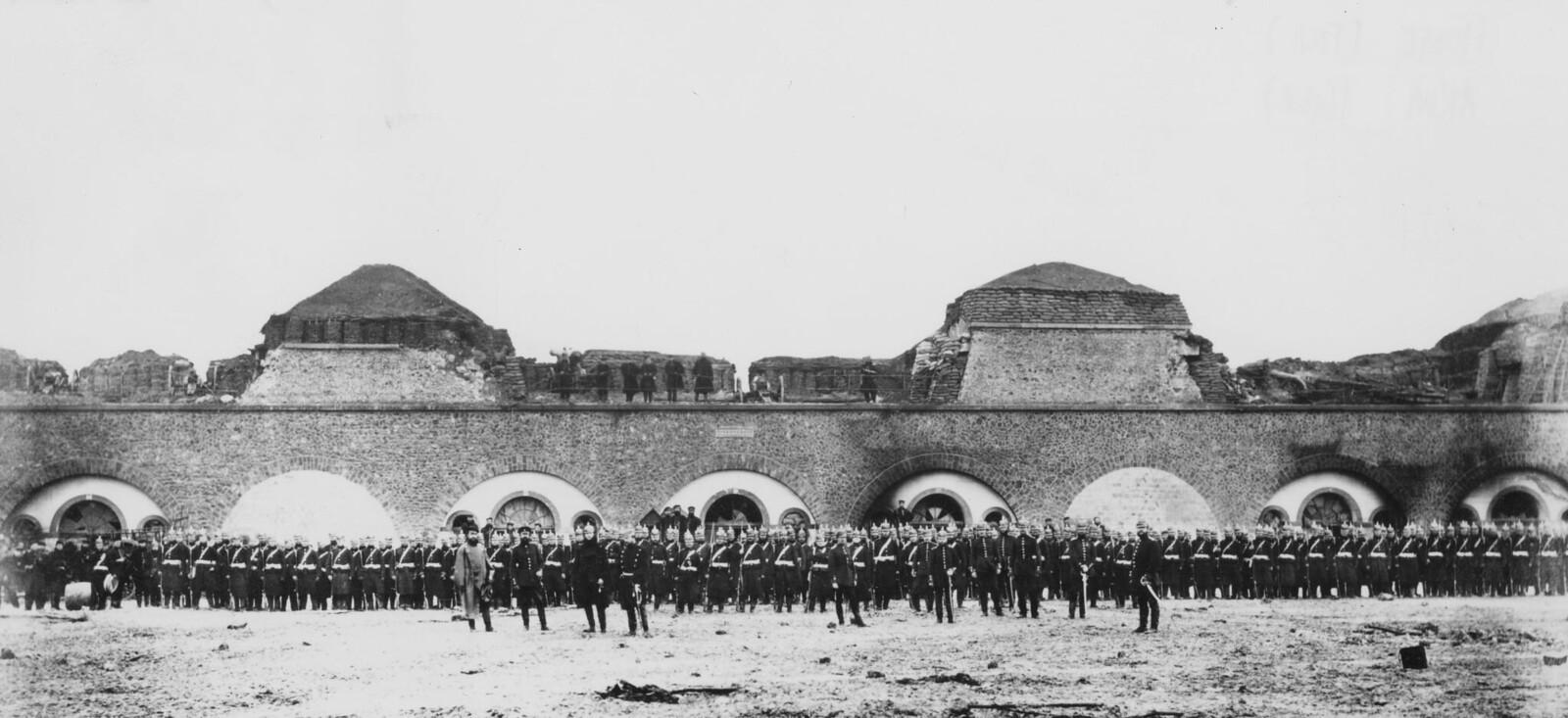 1871. Солдаты прусского 82-го пехотного полка на параде в руинах форта Исси близ Версаля во время осады Парижа. 1 февраля