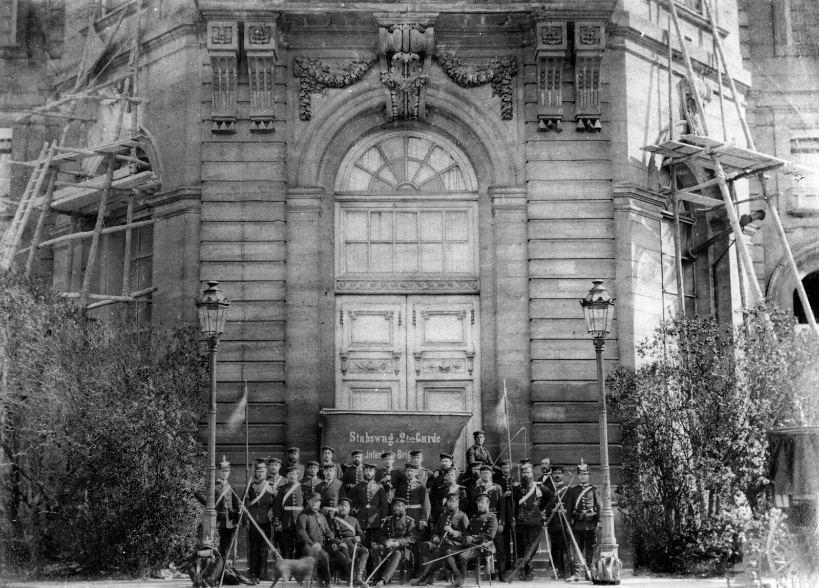 1871. Прусские солдаты 2-го пехотного полка позируют фотографу перед театром Мариньи во время оккупации Парижа