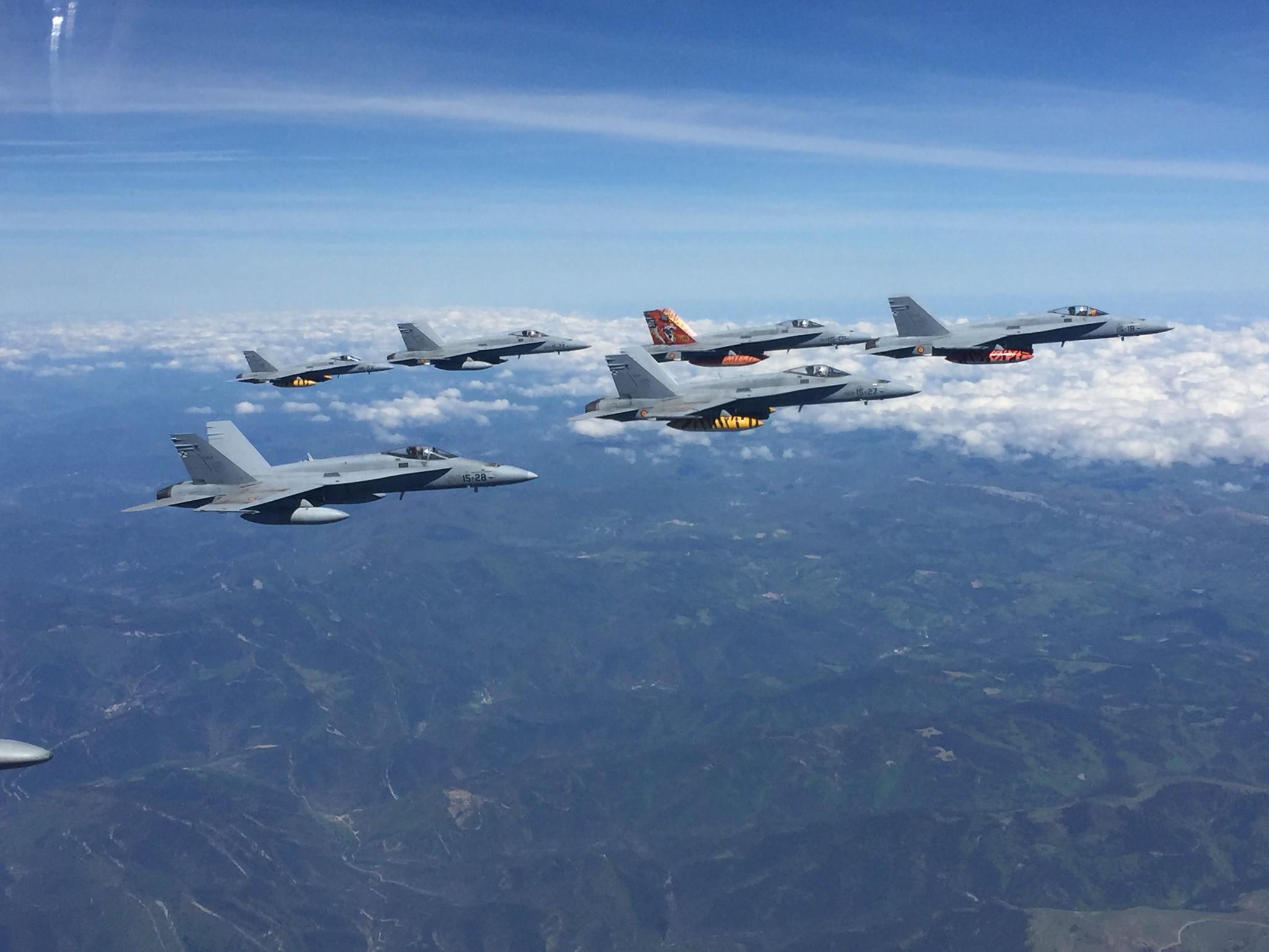 Formación en vuelo de los F-18 del Ala 15