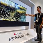 5월14일부터 16일까지 미국 새너제이 컨벤션센터에서 열린 'SID 2019'를 방문한 관람객들이 LG디스플레이 부스에 설치된 65인치 롤러블 TV를 감상하고 있는 모습.