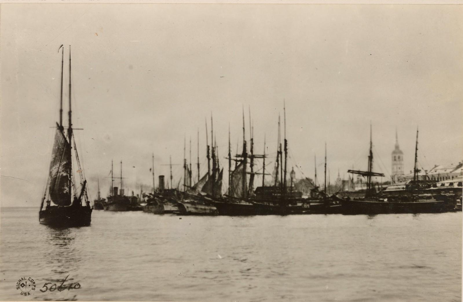 Рыбацкие лодки в гавани Архангельска