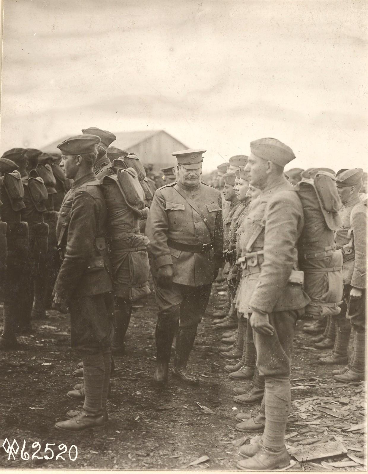 Командующий войсками американской экспедиции генерал Ричардсон проходит строй солдат 339-го пехотного полка в день их отправки из Архангельска в Брест