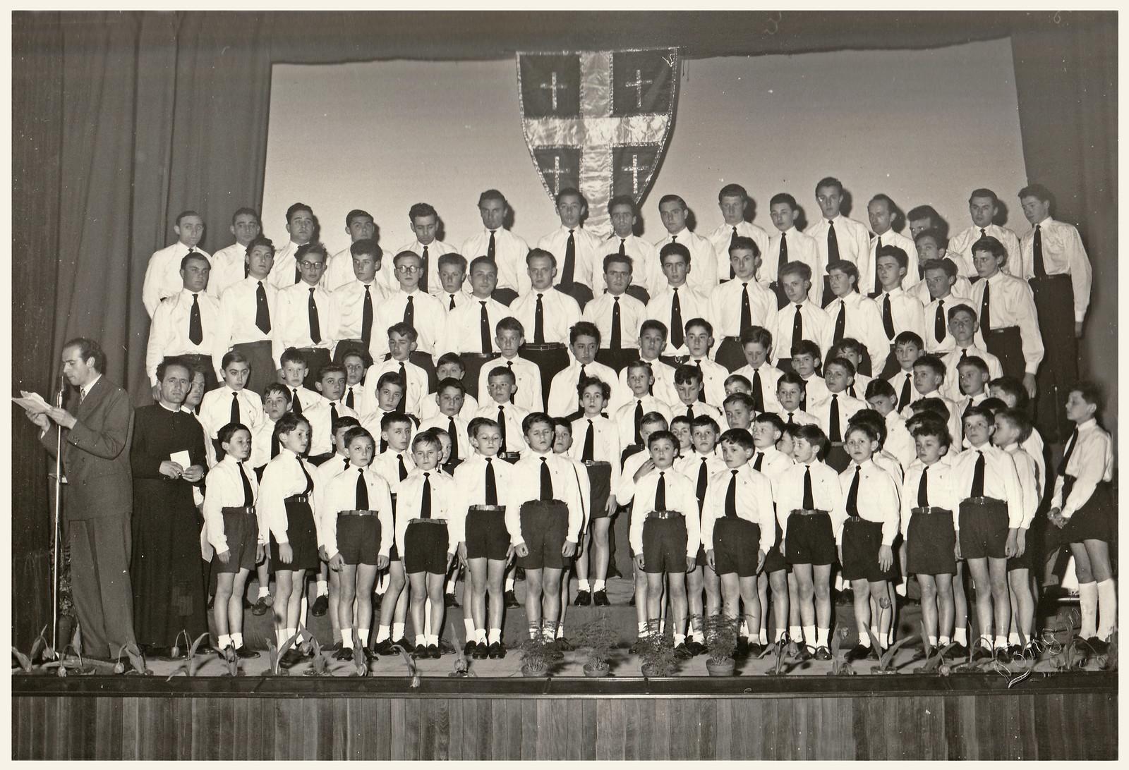 Coro Alpe 1950  formazione adulti  e pulcini.