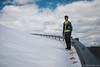 Passeggiando sulla strada seppellita dalla neve in Maniva