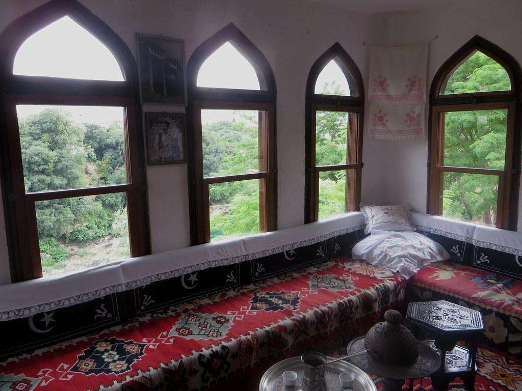 Salon en surplomb de la rivière, maison ottomane (XVIIIe) Biščević-Lakšić, Solacovića ulića, Mostar, Herzégovine-Neretva, Bosnie-Herzégovine.
