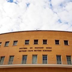 #Buongiorno Sapienza con una foto del retro del Rettorato di @sig.na_ansielina ・・・ #Repost: «~L'educazione eleva la potenza ingenita dell'anima e il buon costume la irrobustisce• :cloud::books: #Orazio #Sapienza #Rome #university #sapienzauniversityofrome