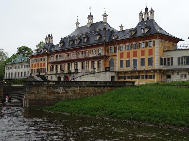 Vorbeifahrt am Schloss Pillnitz
