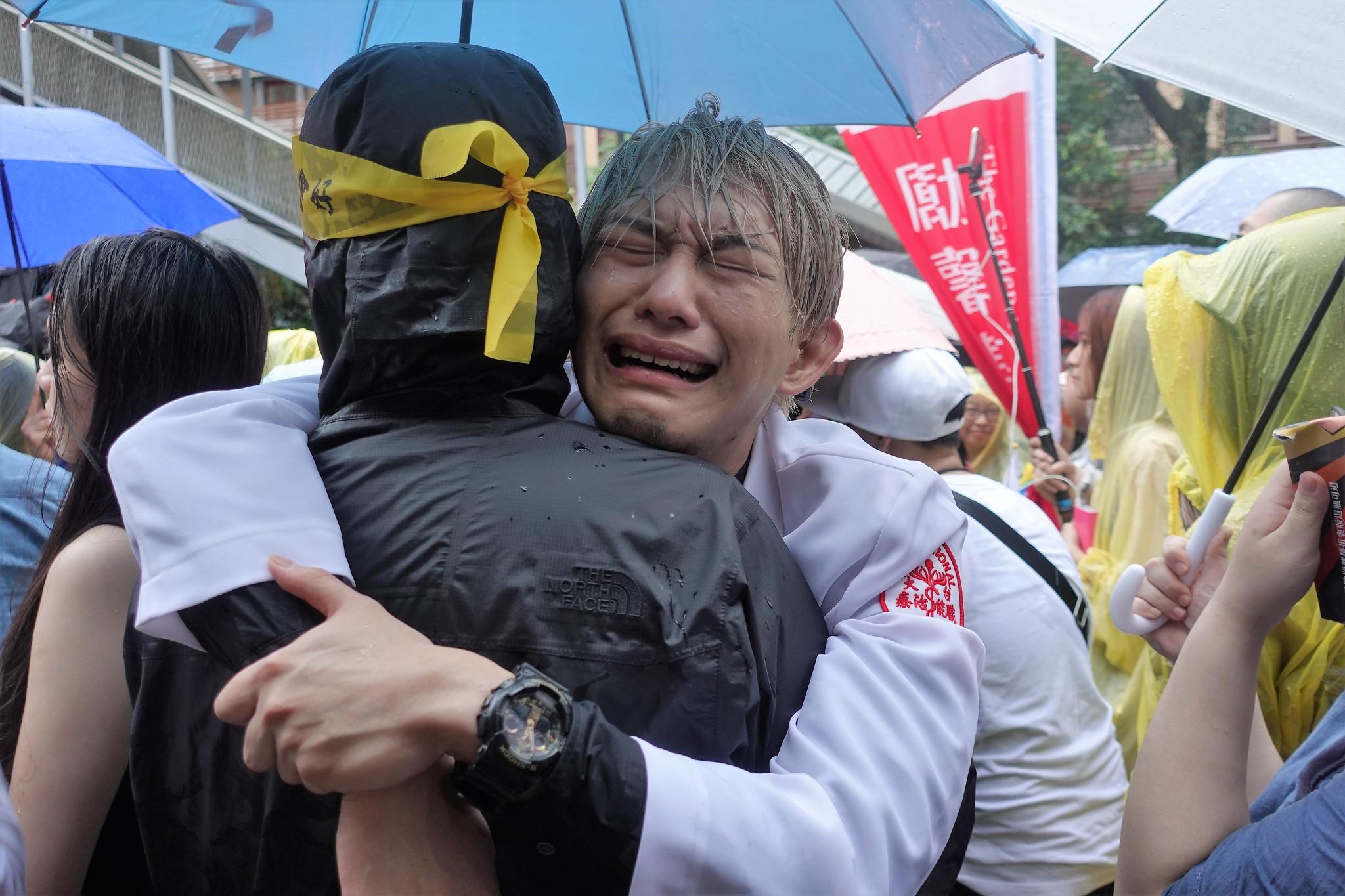 同婚法案逐條二讀通過後,同志激動哭泣。(攝影:張智琦)