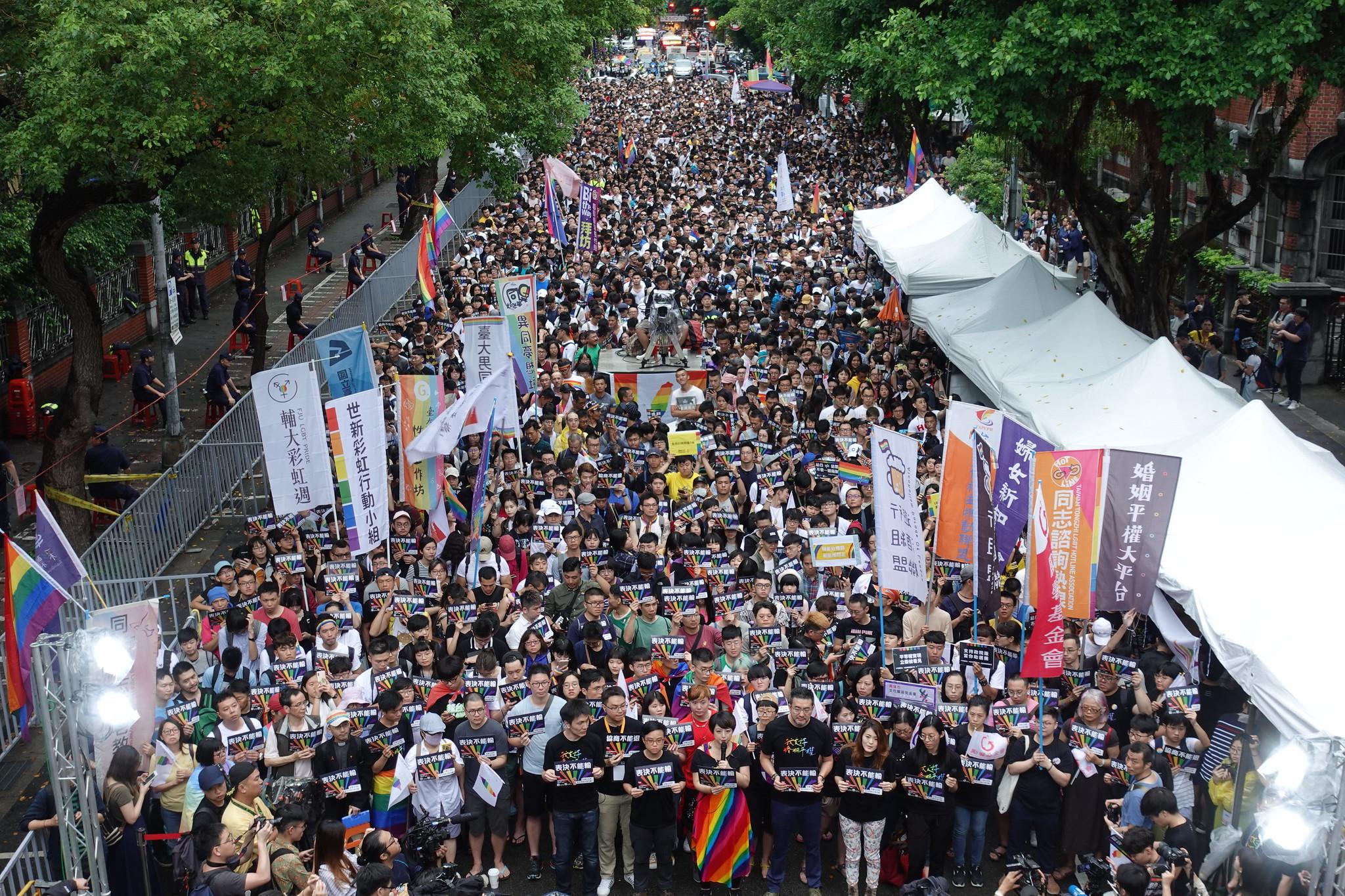 今日有上萬人聚集在立院外守候。(攝影:張智琦)