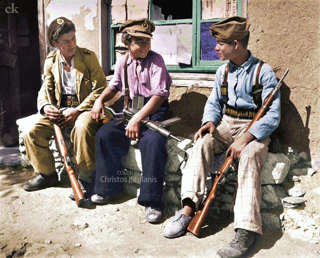 John Phillips, Αύγουστος 1947, Λευκοχώρι Λοκρίδας, νεαροί οπλοφόροι έτοιμοι να υπερασπιστούν για ένατη φορά το χωριό τους από τους αντάρτες.