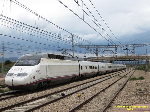 Tren de alta velocidad (AVE) de Renfe a su paso por la Estación de MASSALFASSAR (Valencia)