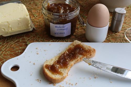 Zu sehr karamellisierte Rhabarbermarmelade auf Toast