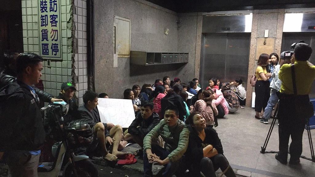越南移工直到深夜仍聚集在工廠內抗議。(照片提供:台灣國際勞工協會)
