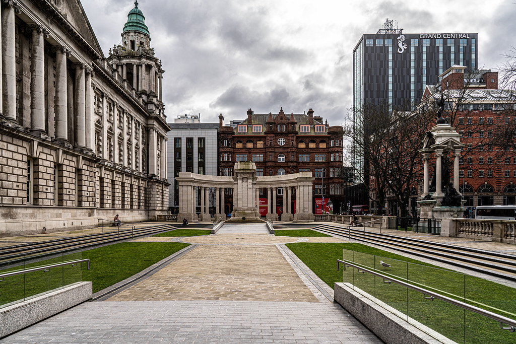 THE CENOTAPH AT CITY HALL IN BELFAST 002