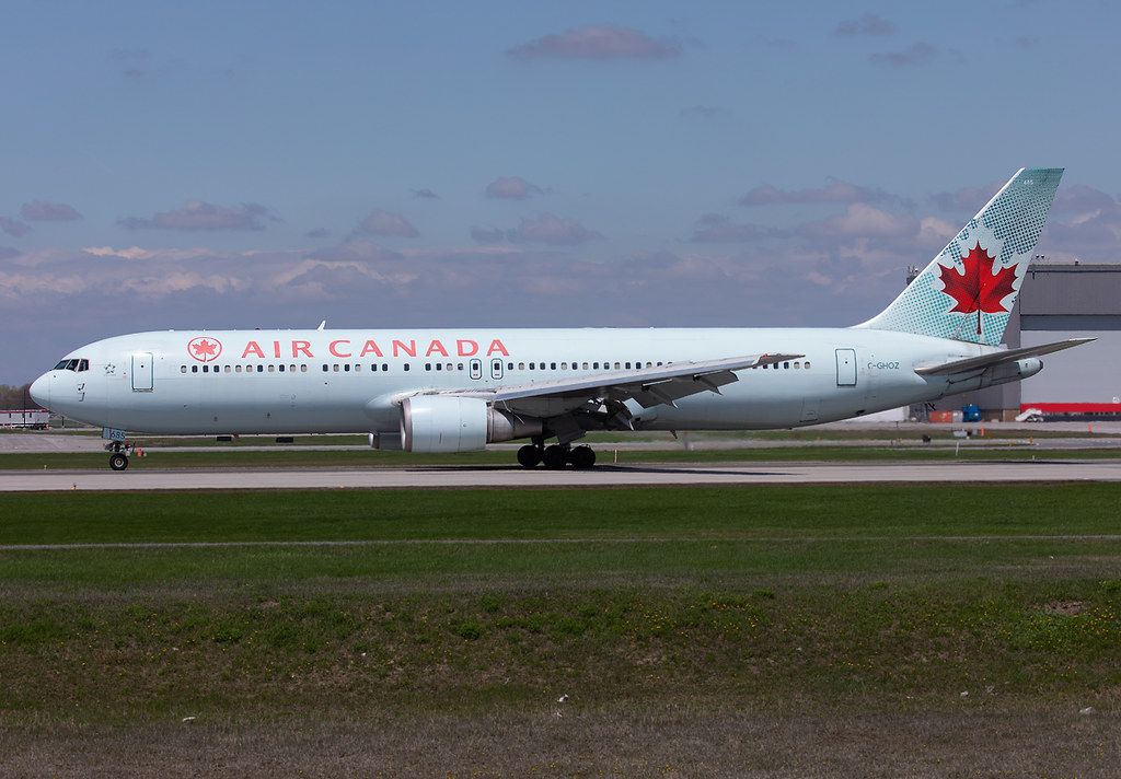 Slowing down on RWY24L completing a flight from Casablanca CMN. Delivered 03/1989.