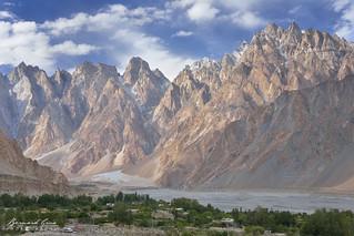 Les cônes et le village de Passu, le long de la rivière Hunza et de la Karakoram Highway en cours d'après-midi © Bernard Grua