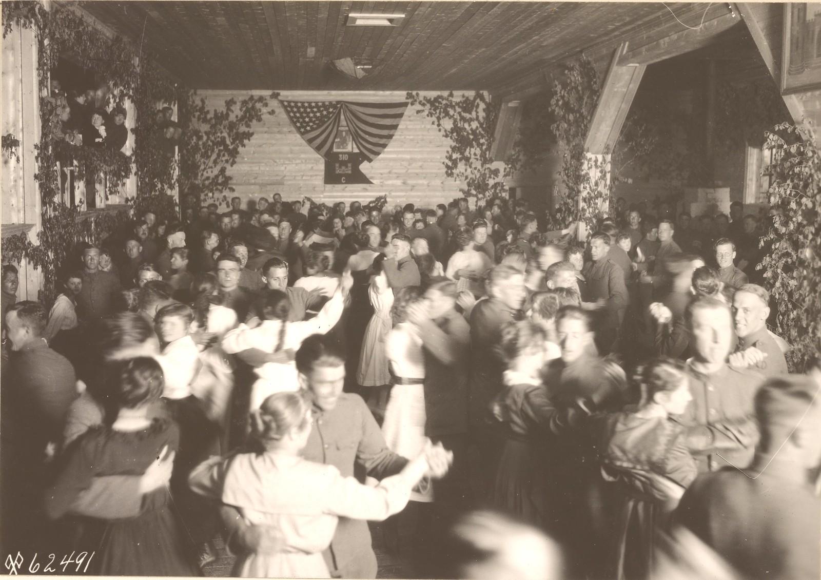 Танец «Dosvedaynia» в зале отдыха, Company C, 310 - инженерах, Solombola, последние из серии развлечений и танцев в Архангельске