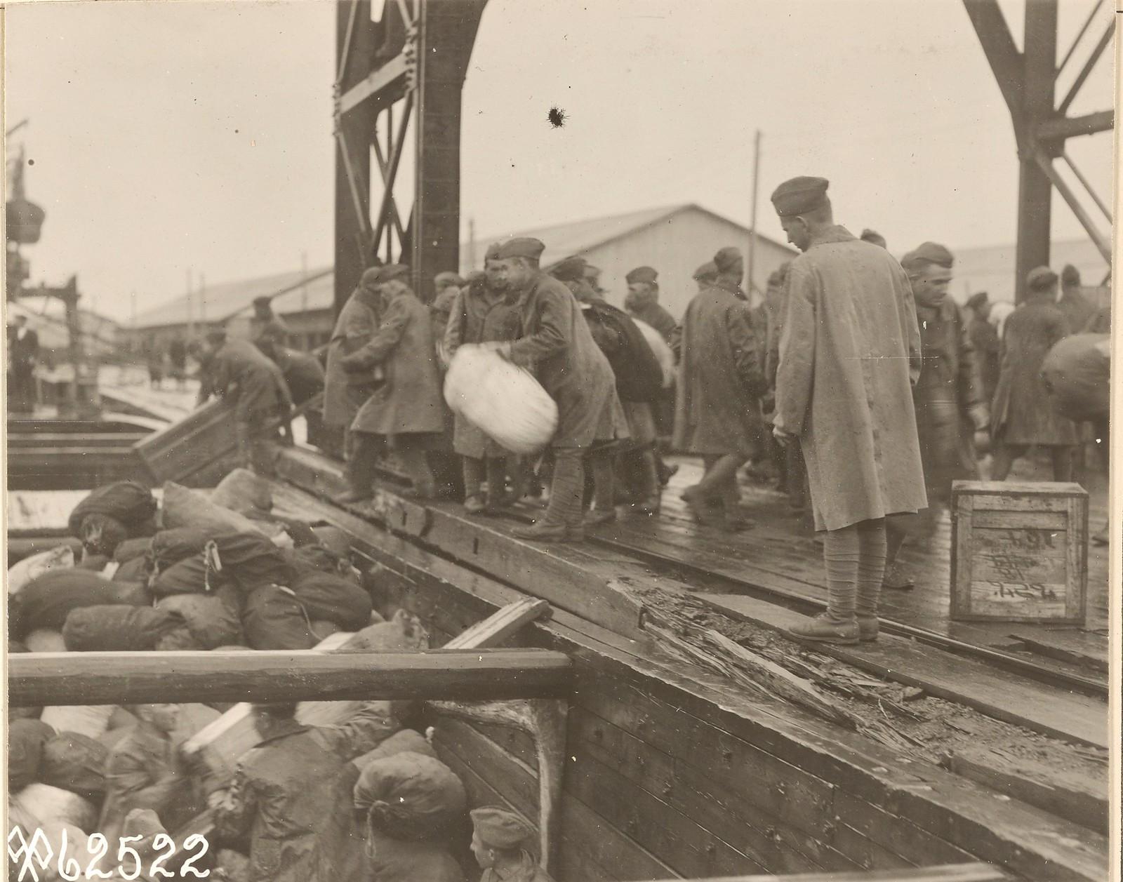 Багаж из штаб-квартиры британских сил для погрузки на британский транспорт «Порто»