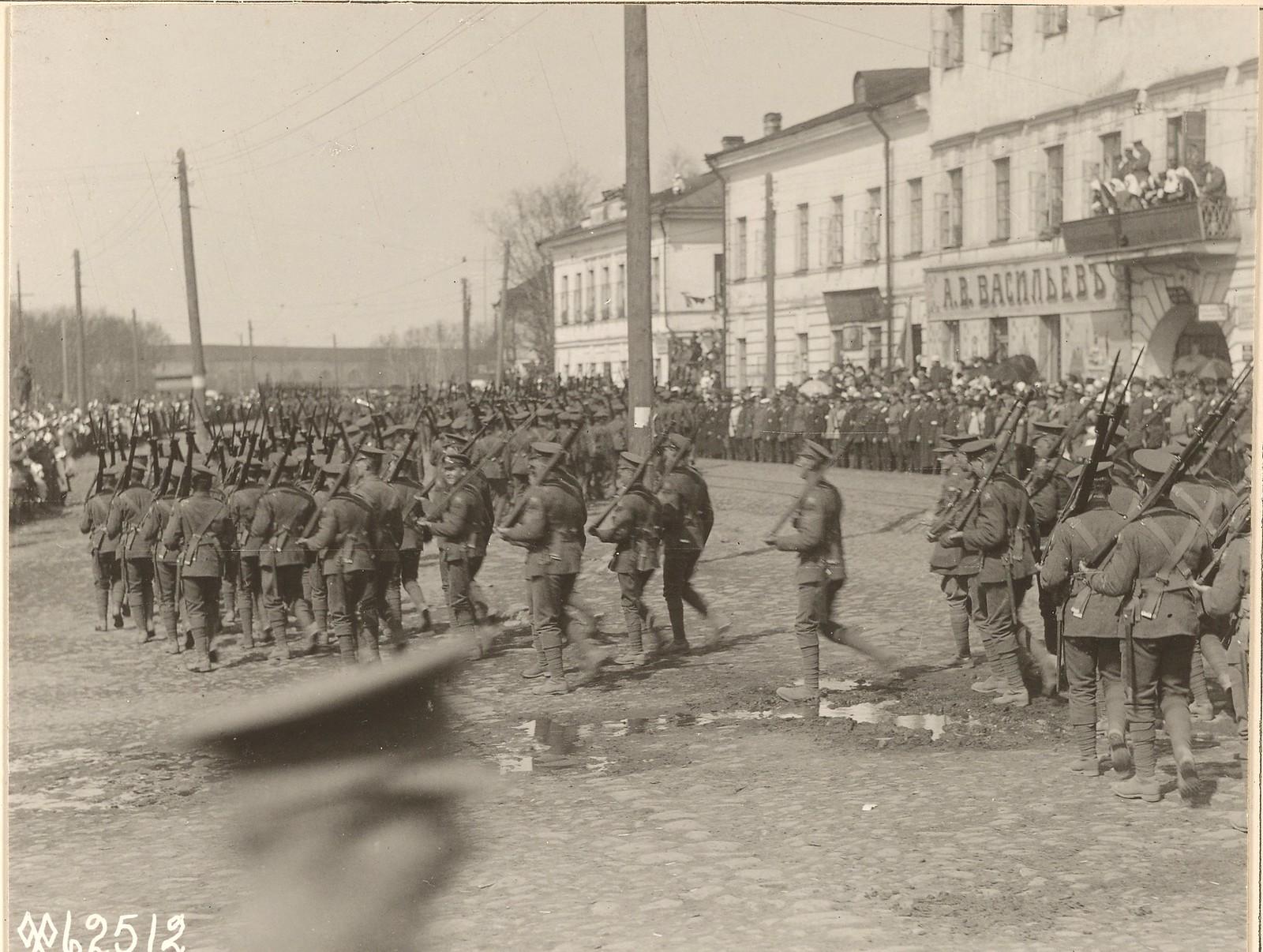 Британские солдаты маршируют по Троицкой улице, главной улице Архангельска