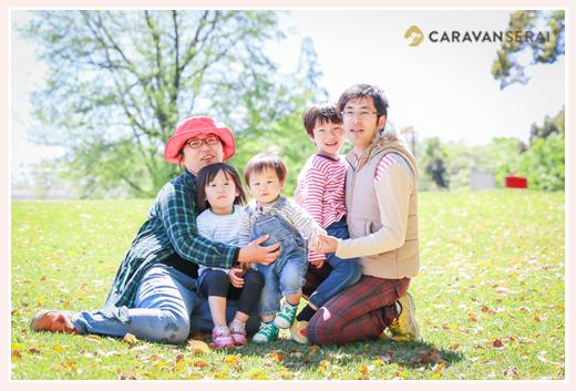 公園の芝生の上で家族写真 森林公園(愛知県尾張旭市)