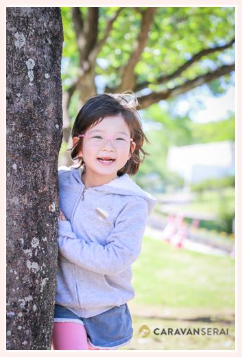公園で親子写真 小学1年生の女の子 眼鏡
