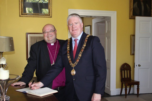 The Lord Mayor of Cork, Cllr Mick Finn, signs the visitors' book. Picture: Sam Wynn.