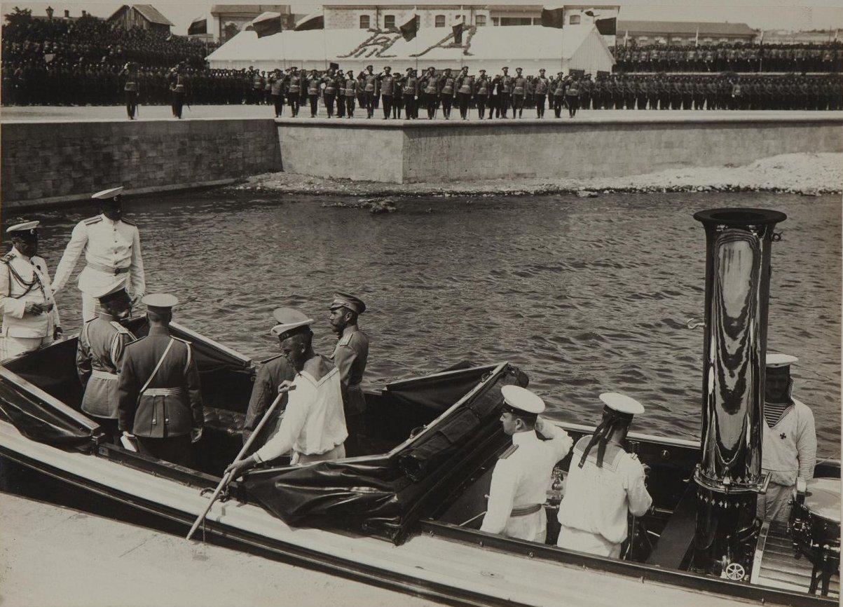 1913. Прибытие императора Николая II на катере к пристани