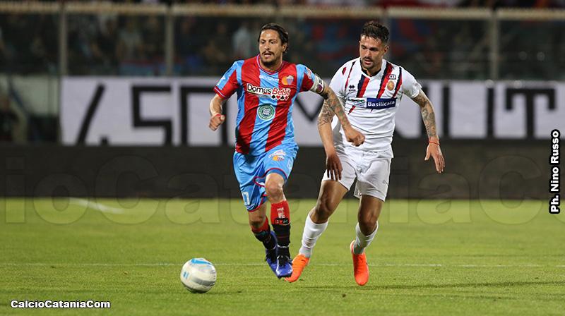 Marco Biagianti, 260 presenze nel Catania, qui in azione contro il Potenza