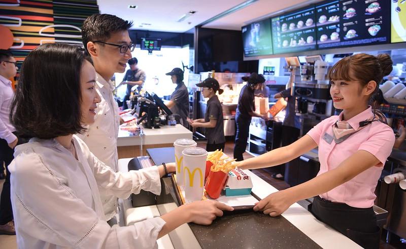 台灣麥當勞宣布自4月12日起逐步推行「冷飲直接喝」,預計6月底前全台近400家麥當勞餐廳,櫃檯不再主動提供吸管。照片提供:麥當勞。