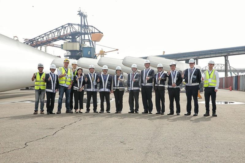 蔡總統以塔架、機艙及葉片為背景與工程團隊合影。上緯公司提供。