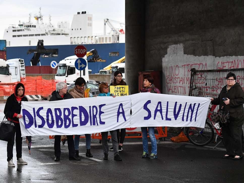 示威者於沙烏地阿拉伯貨船「巴里洋布」號前抗議。(圖片來源:EPA)