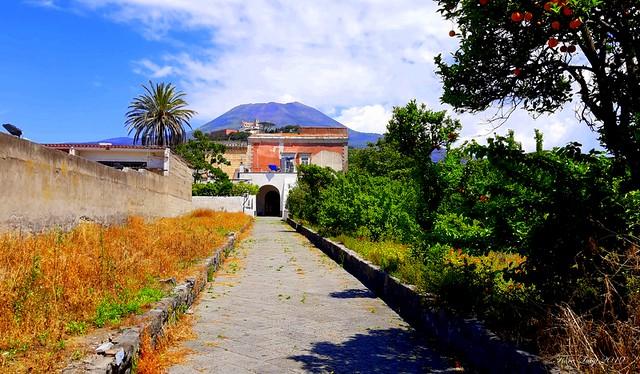Villa Palmieri con il Vesuvio e la chiesa di San Michele sullo sfondo