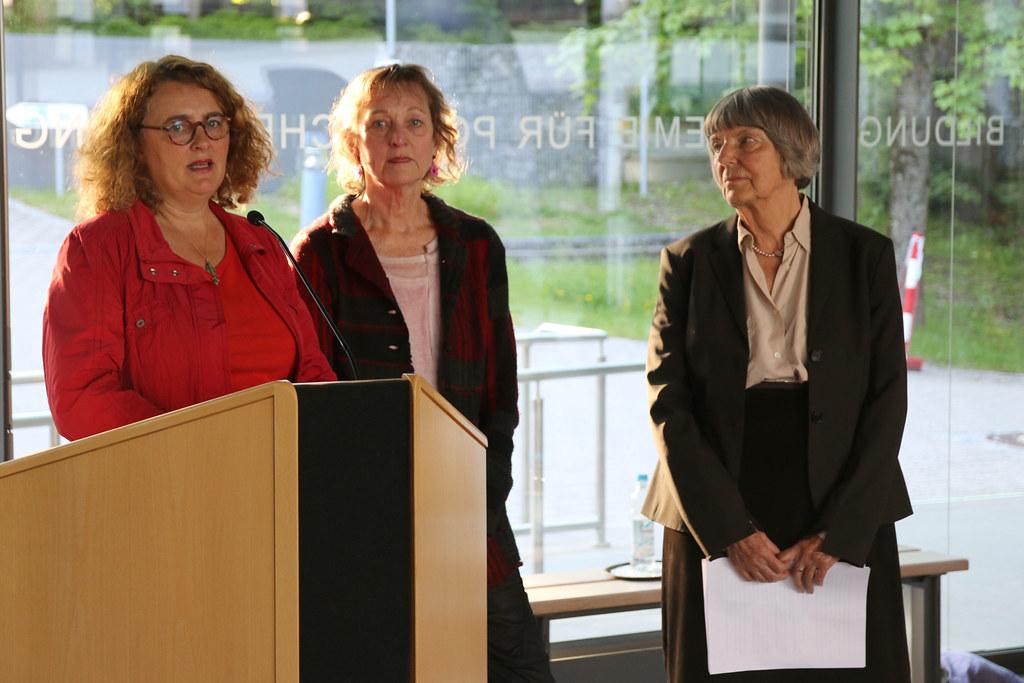 Die Kuratorinnen der Ausstellung Penelope Richardson (l.), Inge Kurtz (Mitte) und die GEDOK-Vorsitzende Friedel Schreyögg