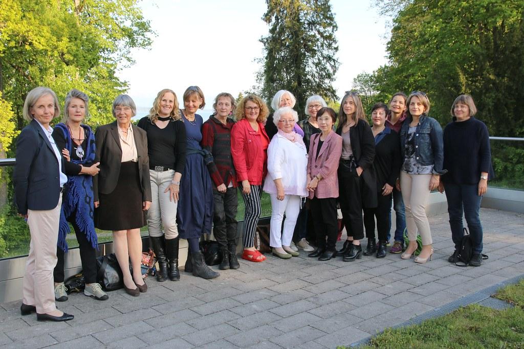 Die GEDOK-Künstlerinnen mit Akademiedirektorin Prof. Dr. Ursula Münch (l.) und ihrer Vorsitzenden Friedel Schreyögg (3.v.l.)