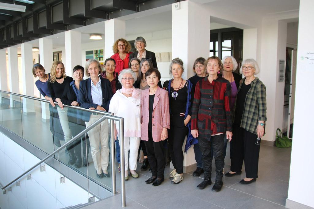 Die GEDOK-Künstlerinnen mit Akademiedirektorin Prof. Dr. Ursula Münch (4.v.l.) und ihrer Vorsitzenden Friedel Schreyögg (o.r.)