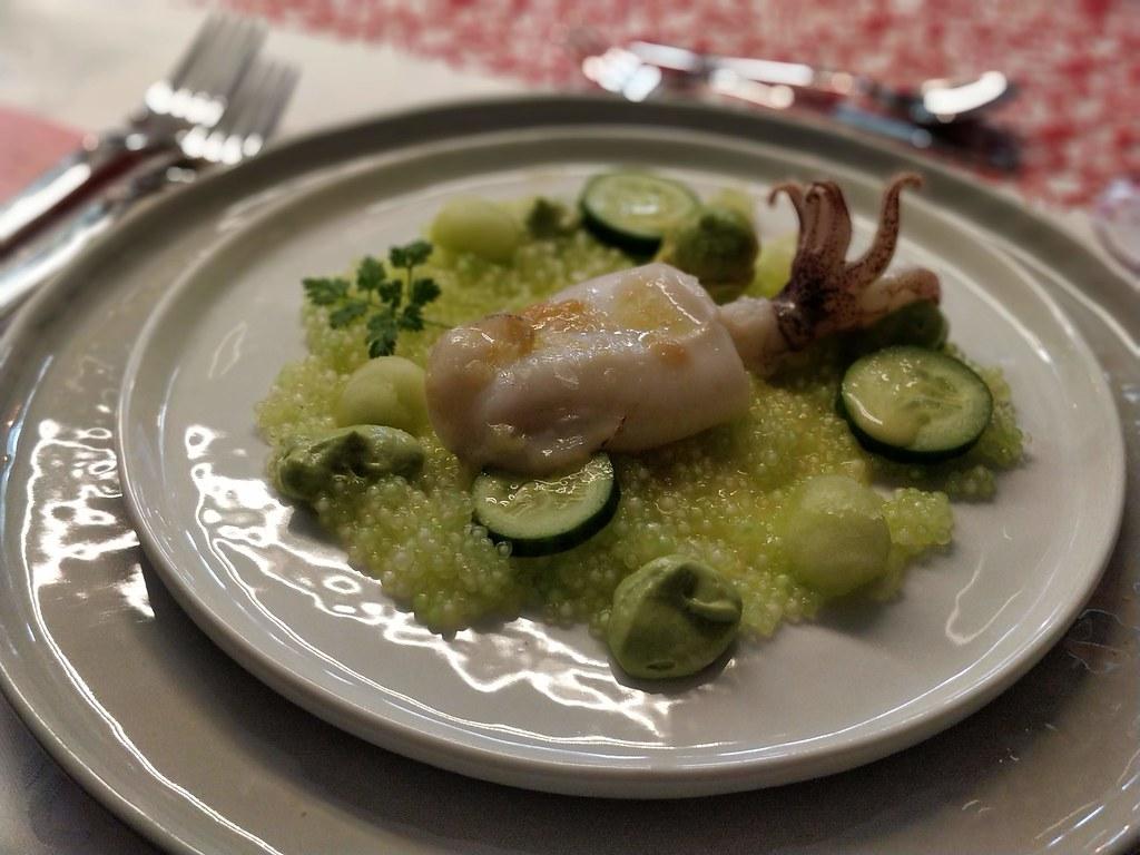 Limetten Tapioka mit Gurken, Avocado und sautierten Calamaretti