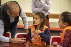 Una de las consejeras habla para Cadena Ser - Radio Eibar en la última sesión del Consejo.