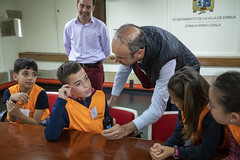 Uno de los consejeros habla para Cadena Ser - Radio Eibar en la última sesión del Consejo.
